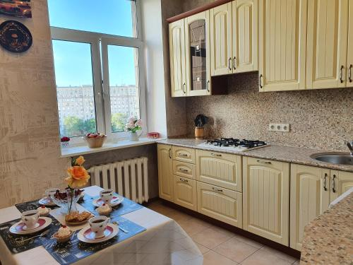 A kitchen or kitchenette at Семейная квартира с 2-мя спальнями у метро Парк Победы