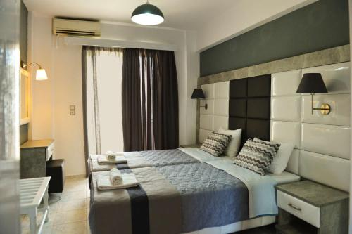 A bed or beds in a room at Cabana Studios & Apartments