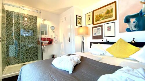 A bed or beds in a room at Lilis kleines Hotel