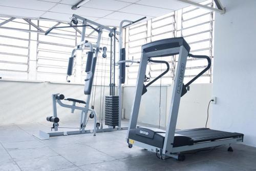 The fitness centre and/or fitness facilities at Quarto Por Dia