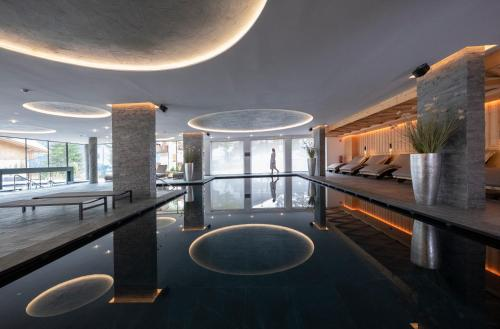 Piscina di Ciampedie Luxury Alpine Spa Hotel o nelle vicinanze