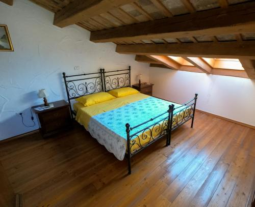A bed or beds in a room at Rustic apartments with sea view