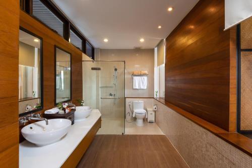 A bathroom at Baan Krating Phuket Resort