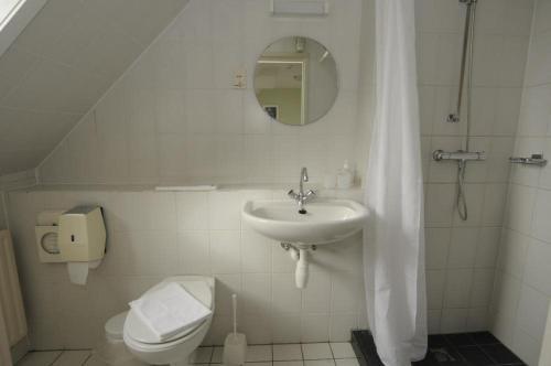 A bathroom at Hotel De Horper Wielen