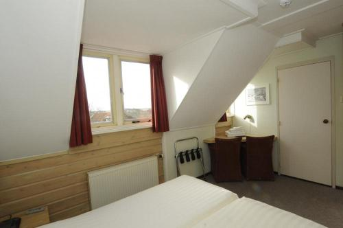 A bed or beds in a room at Hotel De Horper Wielen