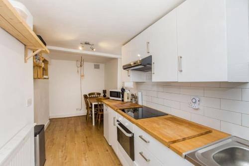 A kitchen or kitchenette at Pass the Keys Apartment with a Private Garden 4 mins from Tulse Hill Station