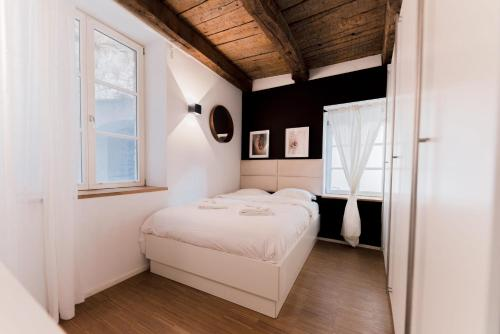 A bed or beds in a room at Exquisite 1BR Apartment Old Town and Parking