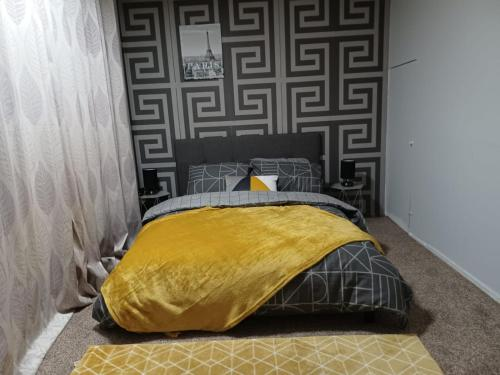 A bed or beds in a room at Best Stay - Stoke on Trent
