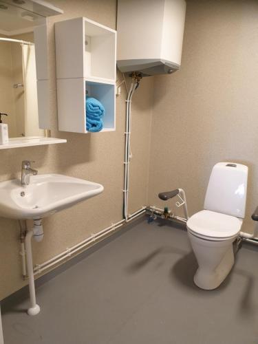 Ett badrum på Eckerö Camping & Stugor