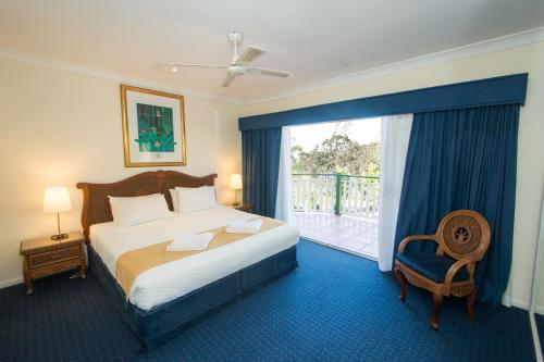 A bed or beds in a room at Tinaroo Lake Resort