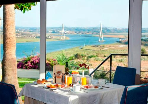 A restaurant or other place to eat at Parador de Ayamonte