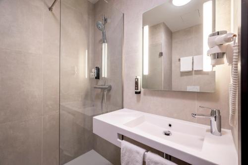 Een badkamer bij B&B Hotel Gent Centrum