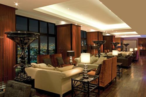 The lounge or bar area at InterContinental Jordan, an IHG Hotel