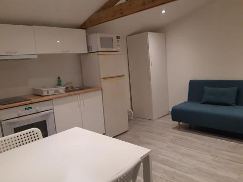 Cuisine ou kitchenette dans l'établissement Logement proche Lyon-aéroport-Centrale Bugey