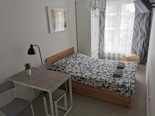 Łóżko lub łóżka w pokoju w obiekcie Przystań Letnica Apartamenty 700m plaża