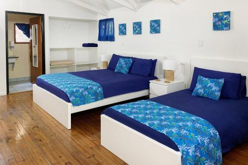 A bed or beds in a room at Airlie Beach Magnums