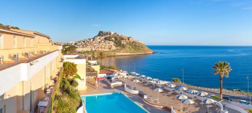 Uitzicht op het zwembad bij Hotel Pedraladda of in de buurt
