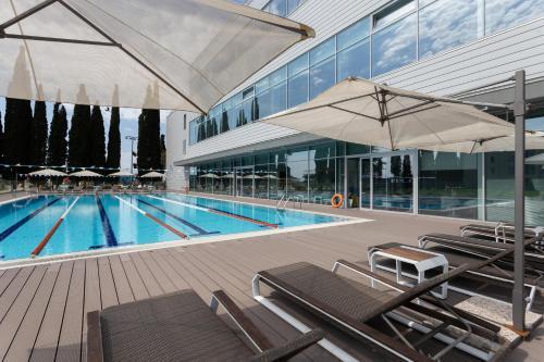 Бассейн в Sport inn hotel & wellness или поблизости