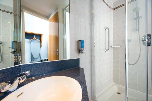 A bathroom at Holiday Inn Express Hamilton, an IHG Hotel