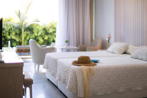 Кровать или кровати в номере Tasia Maris Beach Hotel - Adults Only