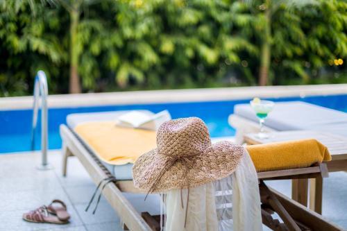 Бассейн в Tasia Maris Beach Hotel - Adults Only или поблизости