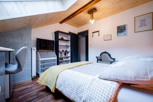 Un ou plusieurs lits dans un hébergement de l'établissement Café Pernollet