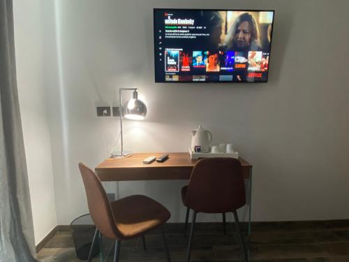 A television and/or entertainment centre at Holiday Guesthouse