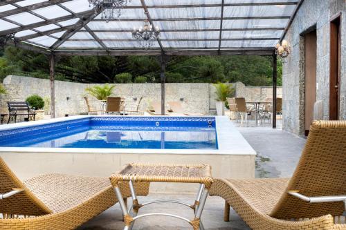 The swimming pool at or close to Castelo de Itaipava Hotel, Eventos e Bistrô