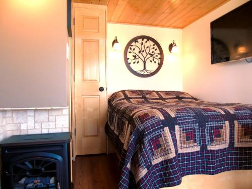 A bed or beds in a room at Prairie Rose Cottage