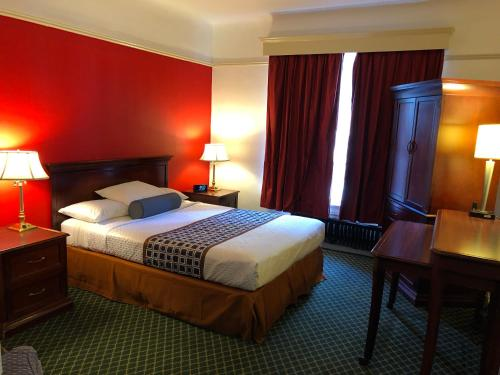 A bed or beds in a room at Union Square Plaza Hotel