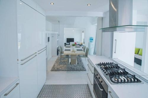 A kitchen or kitchenette at Modern Private Gated Luxury Home Getaway