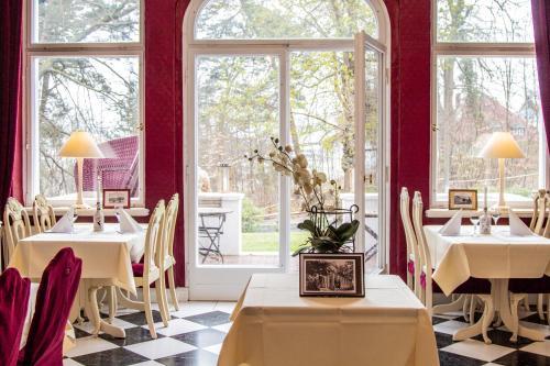 Ein Restaurant oder anderes Speiselokal in der Unterkunft Hotel Weißes Schloß