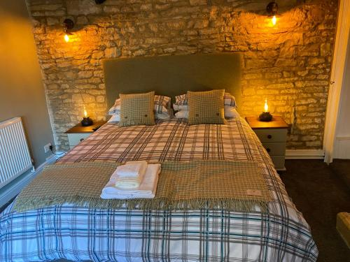 A bed or beds in a room at Bear Inn