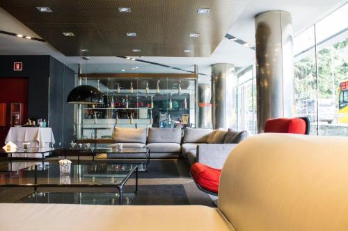 The lounge or bar area at Mola Park Atiram Hotel
