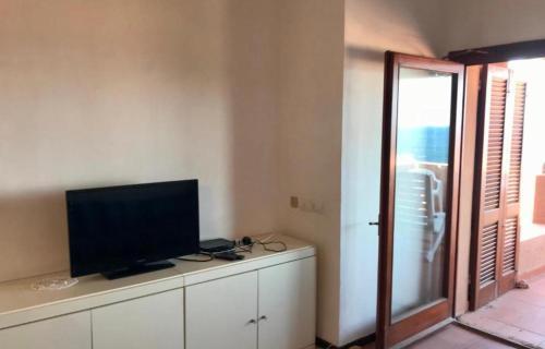 A television and/or entertainment center at Appartamento vista mare Maya 2