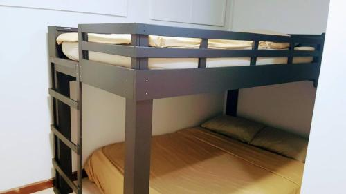 A bunk bed or bunk beds in a room at Snoozzze Hostel ใกล้รถไฟฟ้า ย่านบางรัก