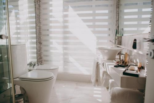A bathroom at 1828 Smart Hotel Boutique