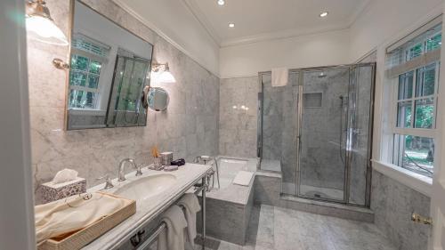 A bathroom at EHP Resort