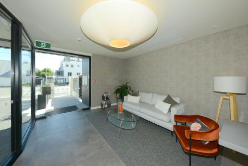 A seating area at West Fitzroy Apartments