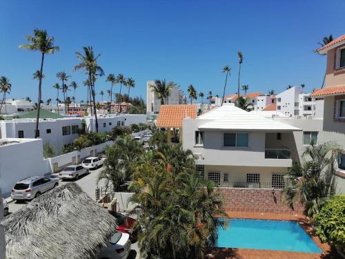 Ein Blick auf den Pool von der Unterkunft Las Rosas de Punta Cana oder aus der Nähe
