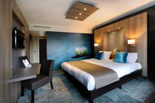 A bed or beds in a room at Van der Valk Hotel Gilze-Tilburg