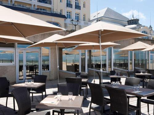 A restaurant or other place to eat at Le Grand Hotel de Cabourg - MGallery Hotel Collection
