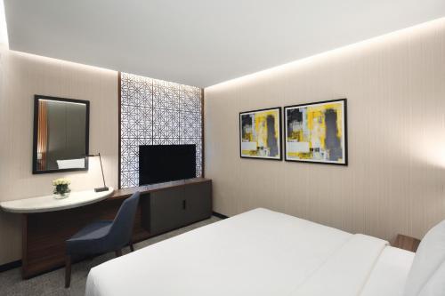 سرير أو أسرّة في غرفة في فندق أنوار المدينة موڤنبيك