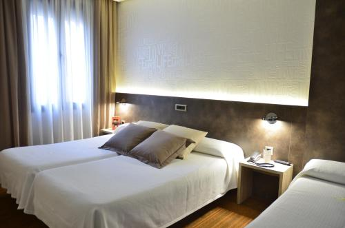 A bed or beds in a room at Hotel Oriente