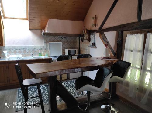 A kitchen or kitchenette at Gite de peupliers