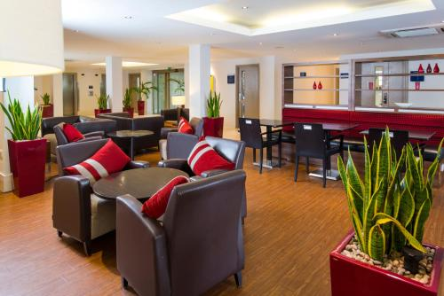 The lounge or bar area at Holiday Inn Express Northampton - South, an IHG Hotel