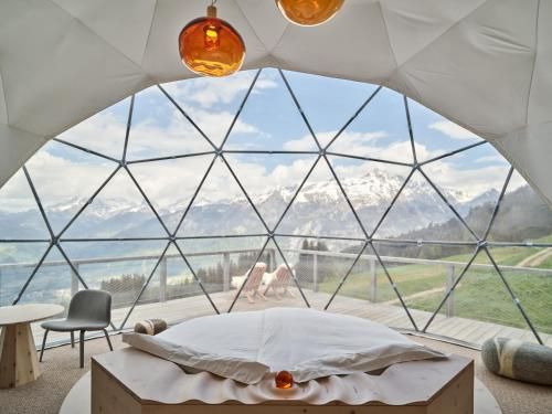 Whitepod Eco-Luxury Hotel im Winter