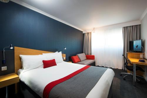 A bed or beds in a room at Holiday Inn Express Peterborough, an IHG Hotel