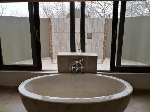 Salle de bains dans l'établissement Morokolo Safari Lodges