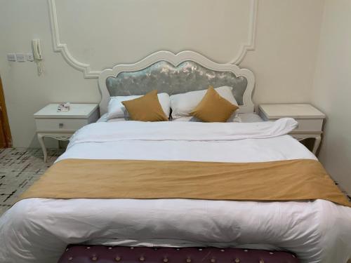 Cama ou camas em um quarto em النسيم العليل شقة رقم واحد